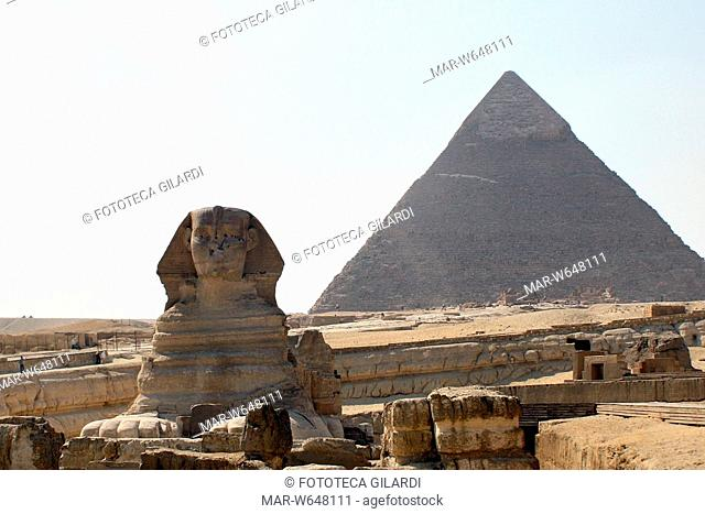 EGITTO Nella piana delle Piramidi di Giza: la Sfinge e dietro la grande Piramide di Cheope (Khufu) (Menkaura). Fotografia di Raffaella Milandri, 2008