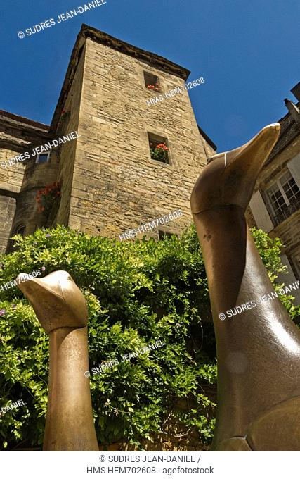 France, Dordogne, Dordogne Valley, Black Perigord, Sarlat la Caneda, Market Place goose, geese statue by Lalanne, in the background the Hotel de Vassal of the...