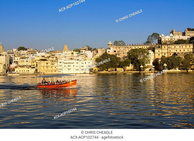 Tour boat and City Palace on Lake Pichola, Udaipur, Rajastan, India