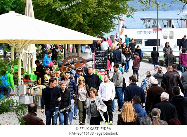 People walk along the lakeside promenade on Lake Constance in Ueberlingen,Germany, 15 May 2016. Photo:FELIXKAESTLE/dpa | usage worldwide