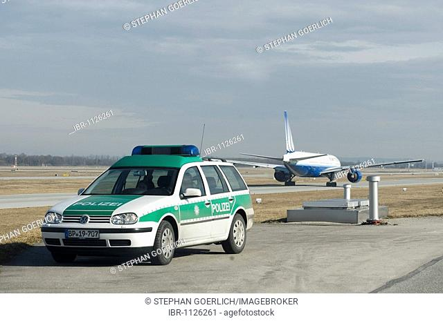 Emergency vehicle of the German federal police in front of a Boeing 777-222 from United Airlines at Munich Airport, Munich, Bavaria, Germany, Europe