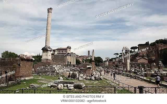 PAN, LS. Daylight. Central area of the Forum, view from the east. Seen are the Column of Phocas 608 AD and the Basilica Julia 54-48 BC across the road