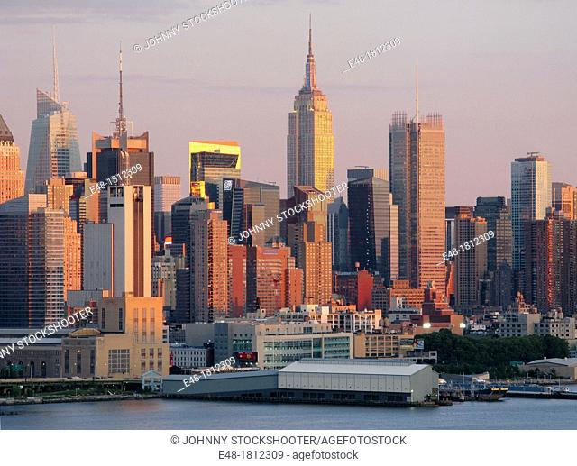 EMPIRE STATE BUILDINGSKYLINE HUDSON RIVER MANHATTAN NEW YORK CITY USA