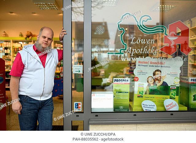 Apotheker Peter Niemeyer steht am 02.02.2017 im Eingang seiner Filial-Apotheke in Frankenau (Hessen). Seit November sucht er händeringend einen Leiter für die...