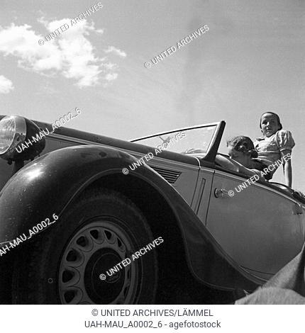 Zwei Frauen unterwegs in ihrem Ford Eifel, Deutschland 1930er Jahre. Two women in their Ford model Eifel, Germany 1930s