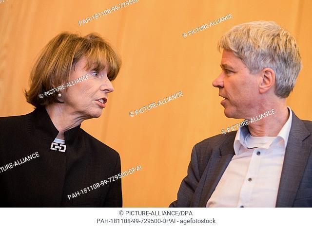08 November 2018, North Rhine-Westphalia, Köln: Henriette Reker (non-party), Lord Mayor of Cologne, talks to Harald Rau (non-party)