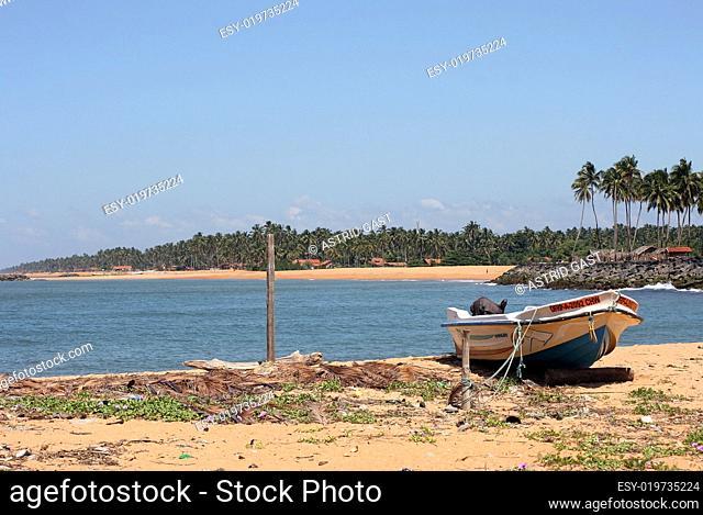 Ein Fischerboot am Sandstrand von Sri Lanka