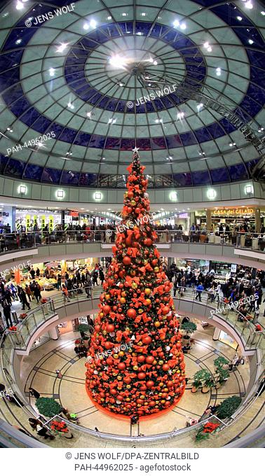 People do their Christmas shopping in the decorated mall 'Allee-Center' in Magdeburg, Germany, 21 December 2013. Photo: Jens Wolf / dpa   usage worldwide