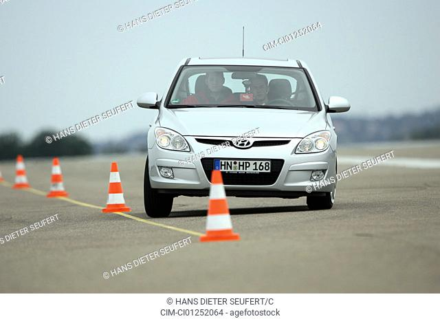 Hyandai i30 1.6 Style, model year 2007-, silver, driving, diagonal from the front, frontal view, Pilonen, test track