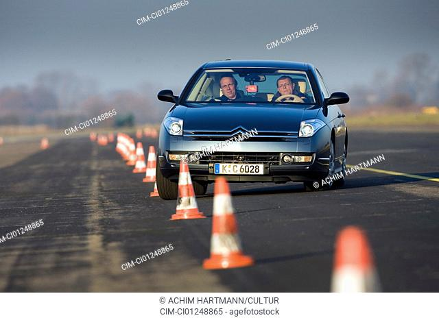 Citroen C6 V6 HDI 205 FAP, model year 2006-, anthracite, driving, diagonal from the front, frontal view, test track, Pilonen