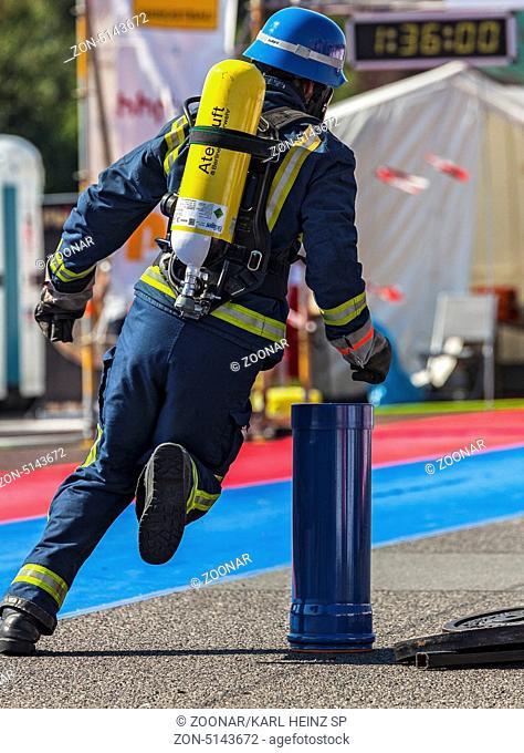 Feuerwehrmänner bei den Deutschen Meisterschaften anläßlich der Firefighter Combat Challenge auf dem Tempelhofer Feld in Berlin