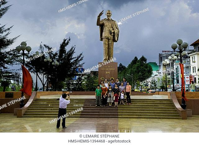Vietnam, Can Tho province, Mekong Delta region, Can Tho, Ninh Kieu Wharf up family posing in front of the bronze statue of Ho Chi Minh