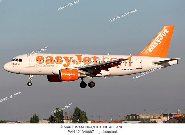 Lisbon, Portugal - 10. July 2013: Easyjet Airbus A319 at Lisbon airport (LIS) in Portugal. | usage worldwide. - Lissabon/Portugal