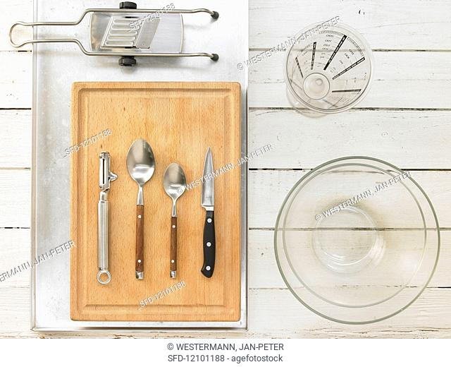 Kitchen utensils for making chicken thighs with potatoes