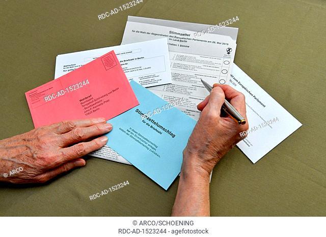 Briefwahlunterlagen mit Stimmzettel, fuer die Wahl zum 9. Europaeischen Parlament am 26. Mai 2019