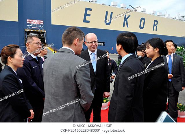 Czech Prime Minister Bohuslav Sobotka (center) meets with vice chairman of Hyundai Motor Company Chung Eui-sun (left) in Busan