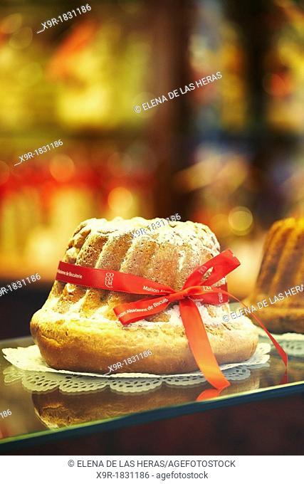 Kougelhopf, famous alsatian yeast ring cake, at the 'Maison Alsacienne de biscuiterie' display window  Colmar  France