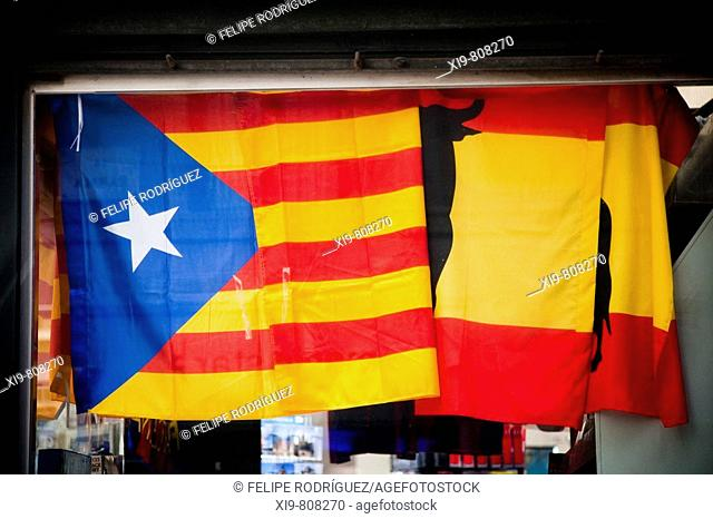 'Estelada' (independentist Catalan flag) and Spanish flag in a newstand in the Rambla, Barcelona. Catalonia, Spain