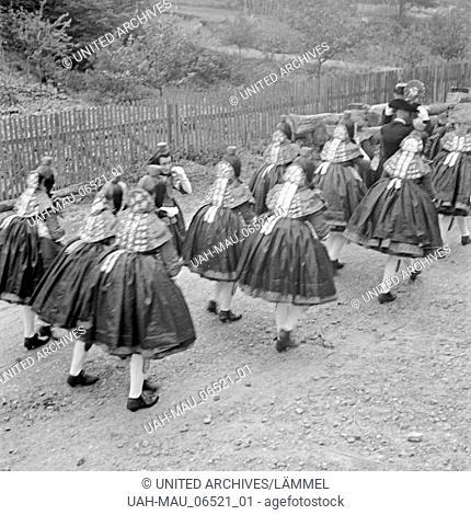Trachtenumzug Mädchen in der Tracht der westhessischen Schwalm, Deutschland 1930er Jahre. Procession with girls wearing the Western Hessian array of the Schwalm...