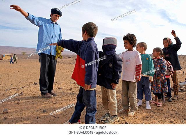 A CLASS OF NOMAD CHILDREN, ASSOCIATION FOR THE DEVELOPMENT OF NOMAD LIFE IN THE REGION OF ZAGORA, BERBER PEOPLE, MOROCCO, MAGHRIB, AFRICA