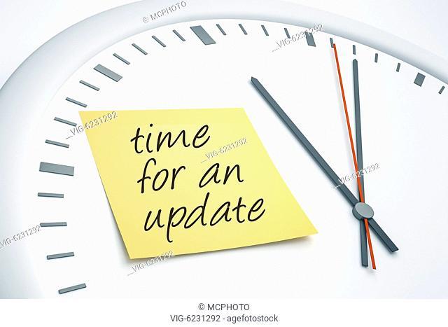 BUNDESREPUBLIK DEUTSCHLAND, BAYERN, 06.06.2010, Ein gelber Post-It-Zettel auf dem weissen Ziffernblatt einer Uhr, mit der Aufschrift: Time for an Update -...