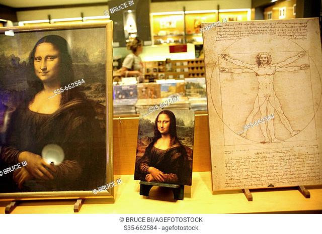 The replica of Leonardo da Vinci's works occupied the window of Lourve's gift shop. Paris. France