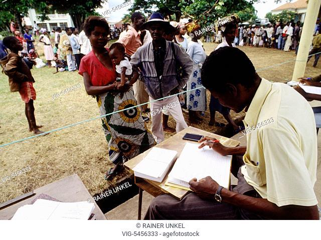 ANGOLA, MALANJE, 08.12.1993, AGO , ANGOLA : People in need are being registered in a feeding centre in Malanje , December 1993 - Malanje, Malanje, Angola