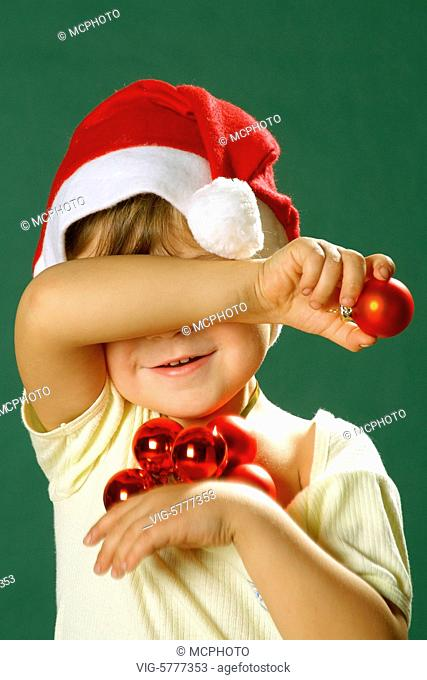 Kleiner Junge mit Weihnachtsmannmütze haelt sich die Augen zu, 2006 - Hamburg, Germany, 24/01/2006