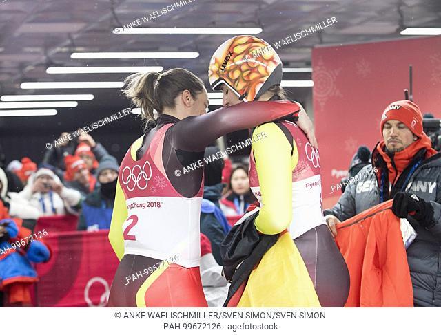 Natalie GEISENBERGER, GER, rechts,.1. Platz, Goldmedaillengewinnerin, Gold, Goldmedaille, Olympiasiegerin,.wird von Tatjana HUEFNER, Hufner, GER, links, umarmt
