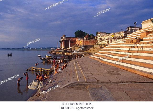 Pilgrims, Ganges river, Kedar Ghat, Varanasi, Benares Uttar Pradesh, India