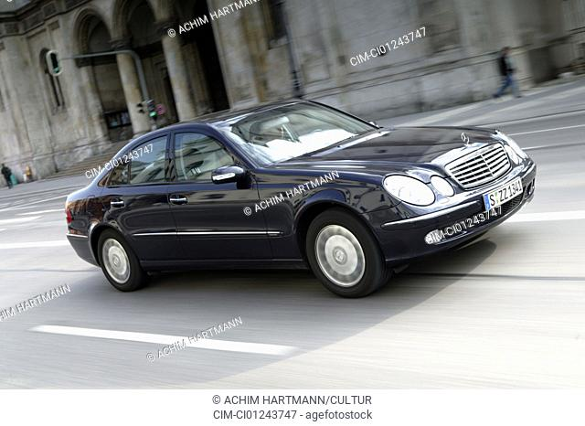 Car, Mercedes E 320 CDI Elegance automatic, upper middle-sized , Limousine, model year 2002-, black, driving, diagonal from the front, frontal view, side view