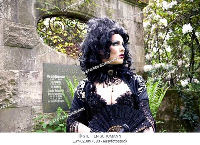 Model Pose - Atropa Bella Donna auf dem Südfriedhof Leipzig