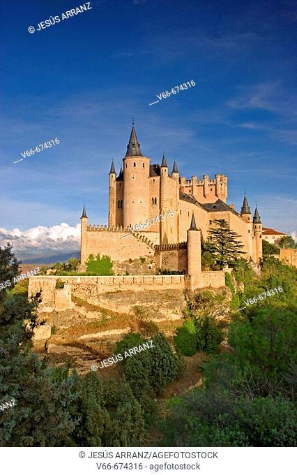 Alcazar, Segovia. Castilla-León, Spain./ Situado sobre una roca en la confluencia de los río Clamores y Eresma, fortaleza inexpugnable durante siglos