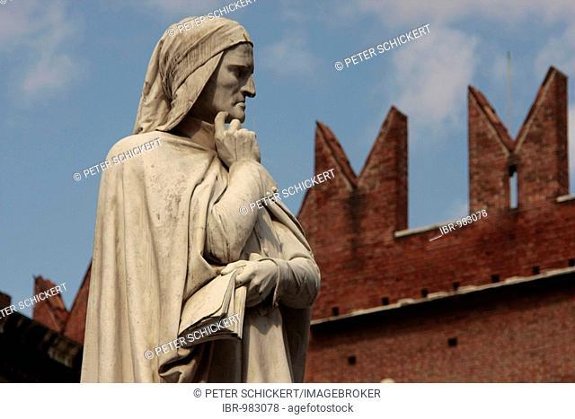 Monument to Dante on the Piazza dei Signori, Verona, Italy, Europe