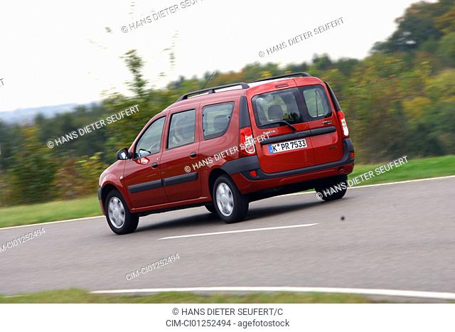 Dacia Logan MCV 1.5dCi Lauréate, model year 2007-, red, driving, diagonal from the back, rear view, country road
