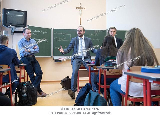 25 January 2019, Saxony, Räckelwitz: Christian Piwarz (CDU, M), Minister of Culture of Saxony, talks to the pupils of a 10th grade in the Sorbian high school...