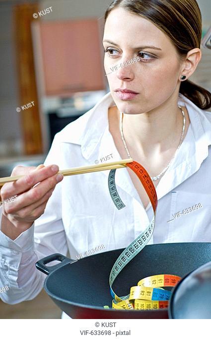 junge Frau kocht Wokgericht (Massband) - Nieder÷sterreich, Ísterreich, 14/02/2008