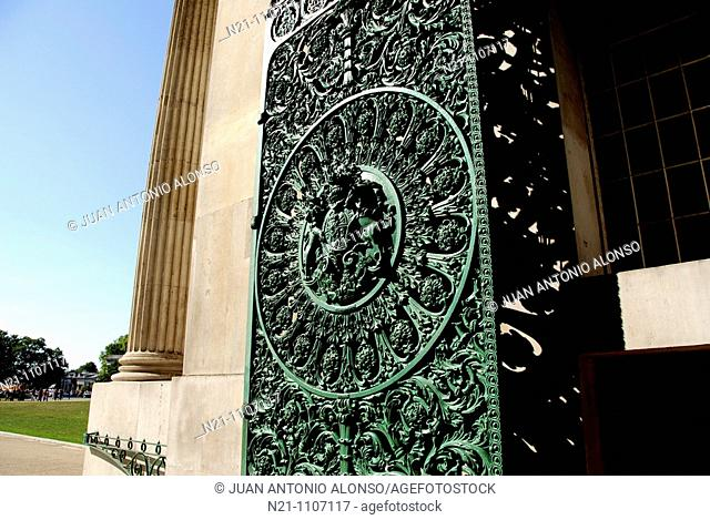 Wrought Iron Gate of Wellington Arch, on top of which there is the  Angel of Peace descending on the chariot of war, the biggest bronze sculpture in Europe