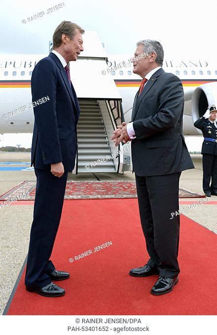 German President Joachim Gauck (R) during the official farewell by Grand Duke Henri of Luxembourg at the airport in Luxembourg, 05 November 2014