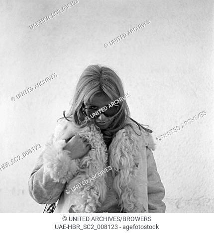 Das Fotomodell Ina Schneider bei einem Shooting, Deutschland 1970er Jahre. Photo model Ina Schneider doing a shoot, Germany 1970s. 6x6swNeg120