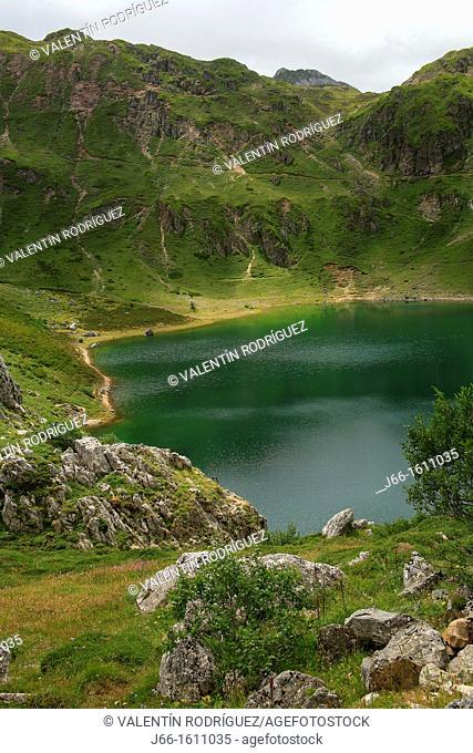 Mountain landscape, Lago de la Cueva, Lagos de Saliencia, Somiedo Natural Park, Asturias, Spain