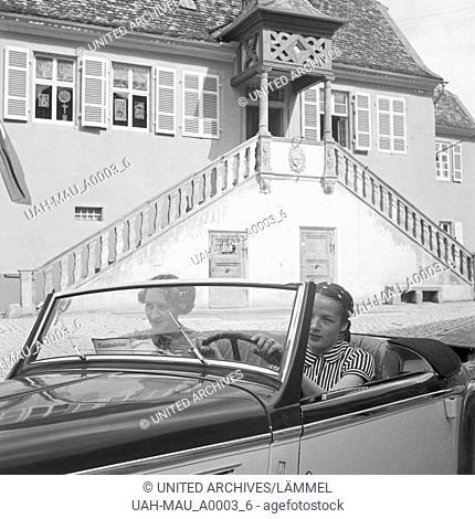 Mit dem Ford Eifel unterwegs in Deidesheim in der Pfalz, Deutschland 1930er Jahre. With the Ford model Eifel at Deidesheim in the Palatinate area, Germany 1930s