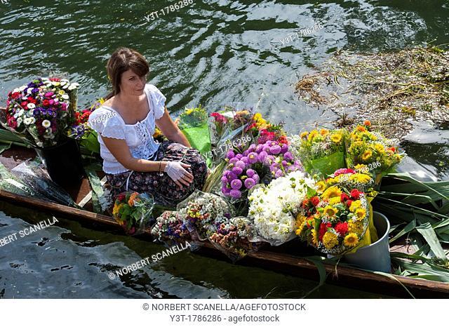 Europe, France, Vaucluse, Isle-sur-la-Sorgue, traditional floating market