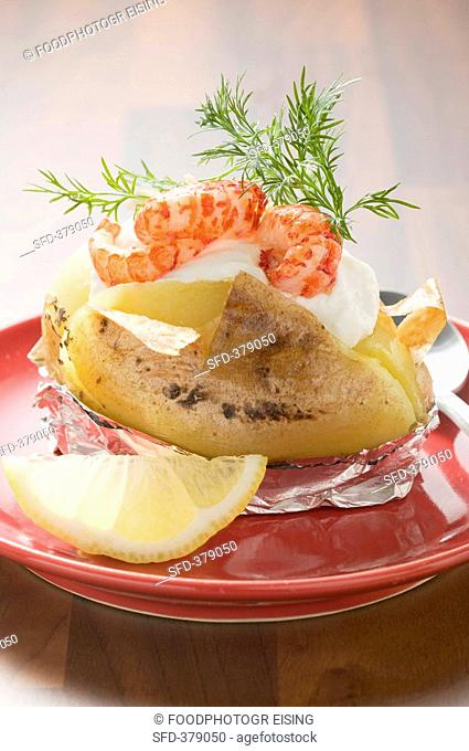 Baked potato with crayfish, cream and dill