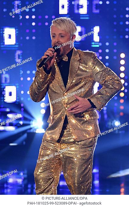 24 October 2018, Hessen, Leipzig: The singer and presenter Ross Antony stands on the stage of the television recording of the big New Year's Eve party of the...