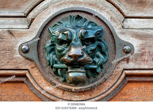 on an old door is there an lion head doorknob