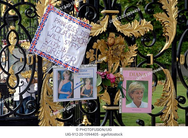 9th anniversary of the death of Princess Diana - mourners and flowers outside Kensington Palace, London Sep 2006 UK