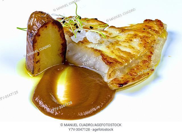 Rodaballo (turbot) asado en su jugo con tofee de cebolla morada de Zalla y patata asada