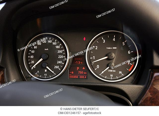Car, BMW 330i, 3er BMW, Limousine, medium class, model year 2004-, black, Detailed view, Interior view, Cockpit, Tachometer, redational-speed sensor