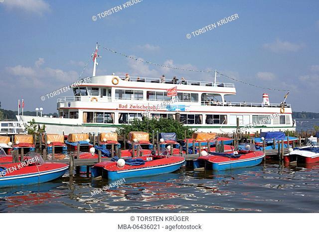 Germany, Lower Saxony, Bad Zwischenahn, lakefront, pier, pleasure boat